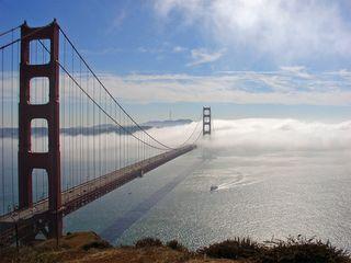 Golden_Gate_Bridge_in_fog__29_OCt_2006_weather_underground